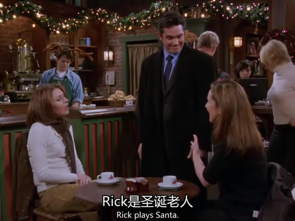 两女子在喝茶谈心,突然走来一人,一女子惊喜万分
