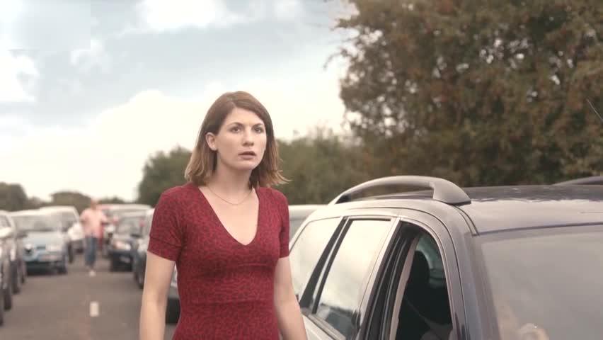 路上堵车有人说发生死亡事故,为何女子匆匆跑过去,却尴尬了