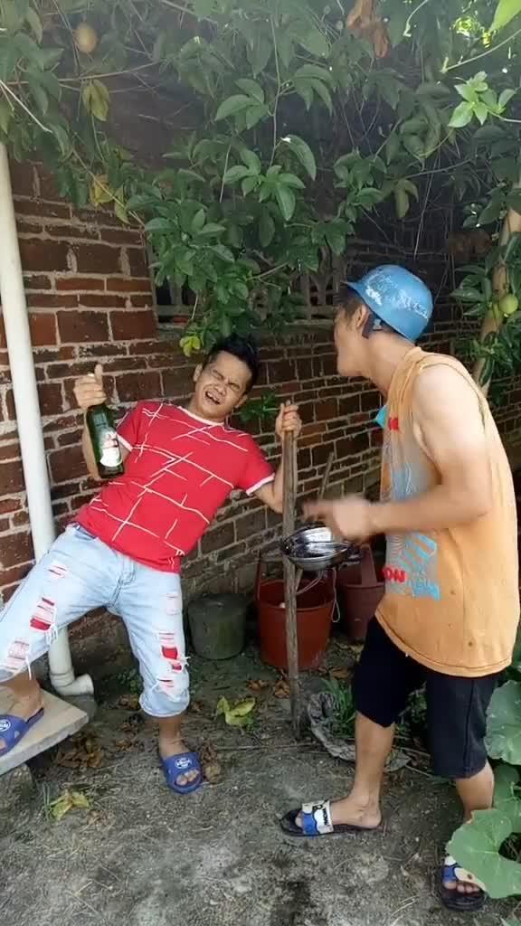 #搞笑趣事#搞笑兄弟,每天更新不一样的作品,两兄弟喝酒打雷战!