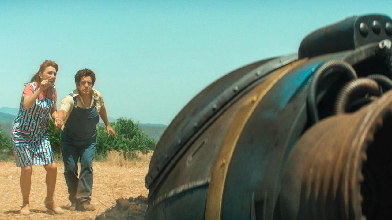 """夫妇发现个从天而降的飞船,靠近后,却在里面发现个""""小怪物"""""""