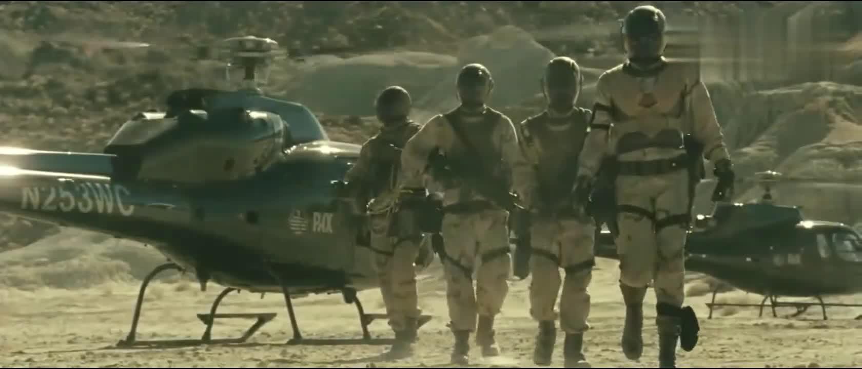 #经典看电影#战士在沙漠里探险被不明生物袭击
