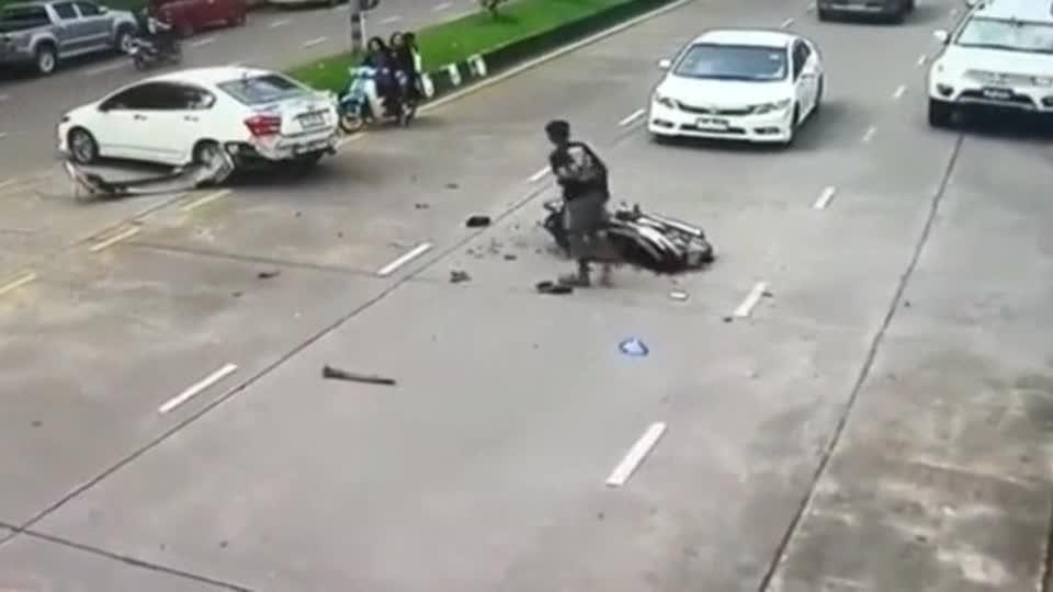 横穿马路再小心也没用,摩托男子惨遭截杀!下一秒画面真惨