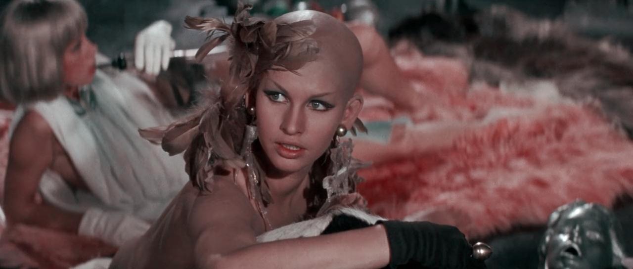 #羞羞看电影#绝对满足女人幻想的电影,几分钟看完《太空英雌芭芭丽娜》