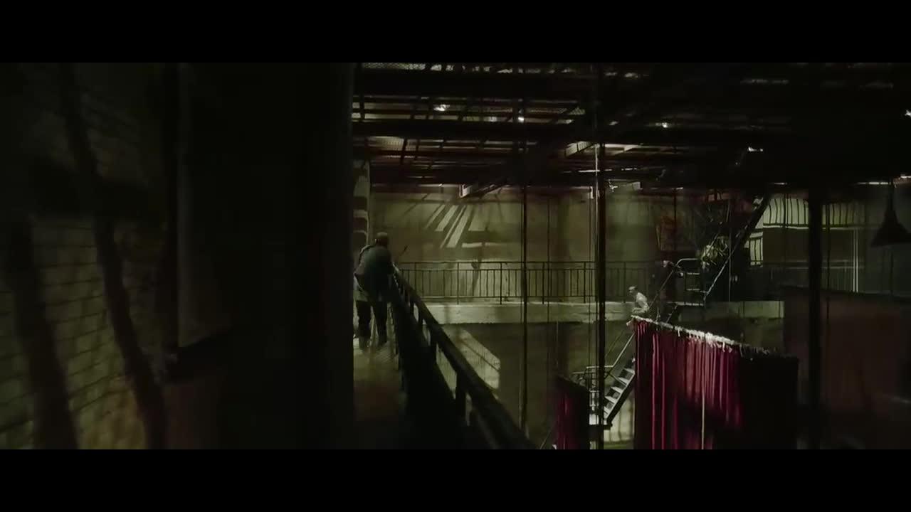 男主顺着声音逃离,钢琴师使女子坠下,女子身亡