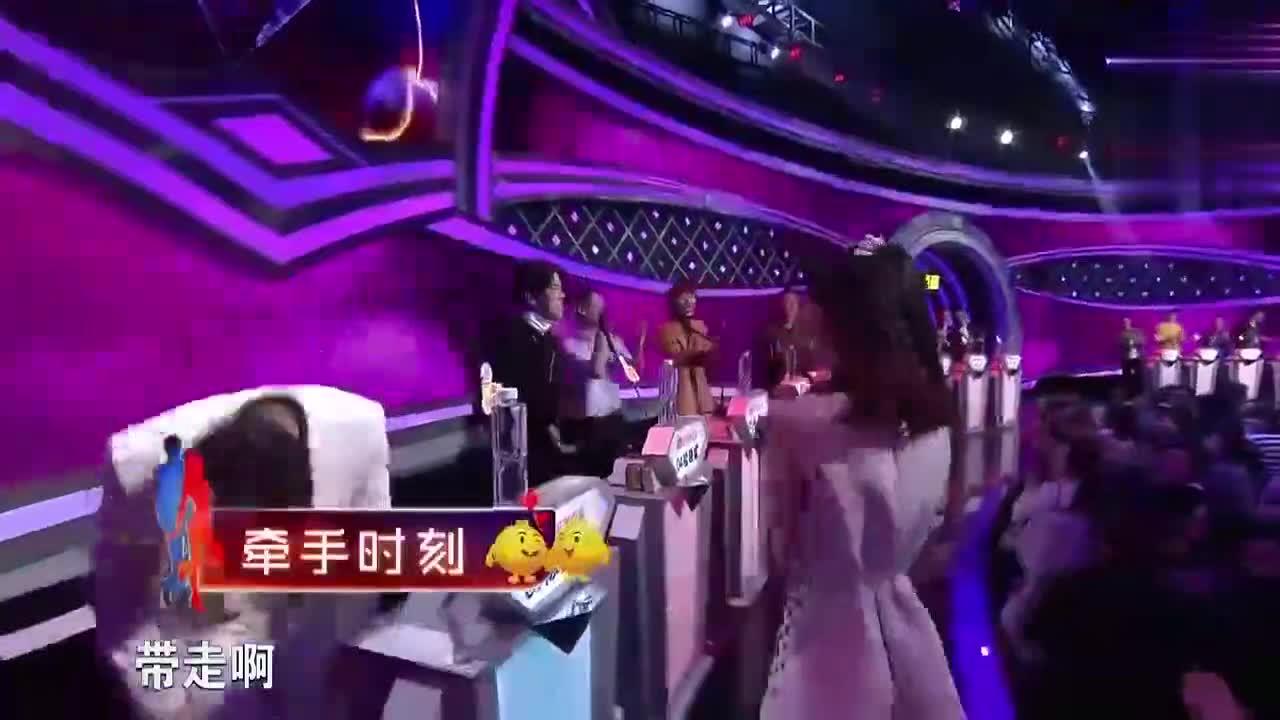 非诚勿扰:女嘉宾强行上台拉走男生,太霸气了,观众都笑翻了!