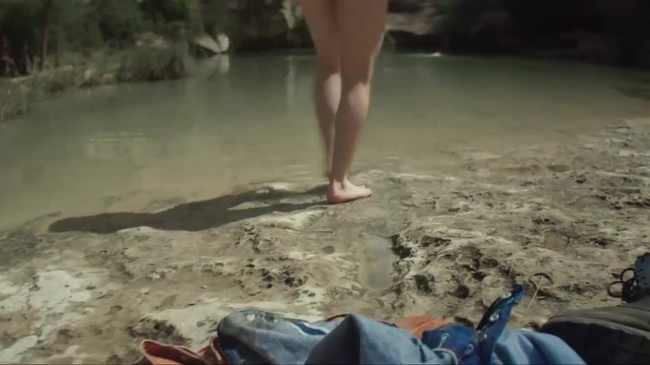 比尔与女子在水中嬉戏,这是好多男人 梦想中的画面吧,这么刺激