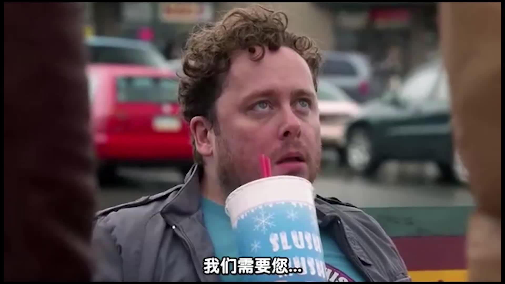 男子在喝饮料,突然两个人走过来对他们说这样的事