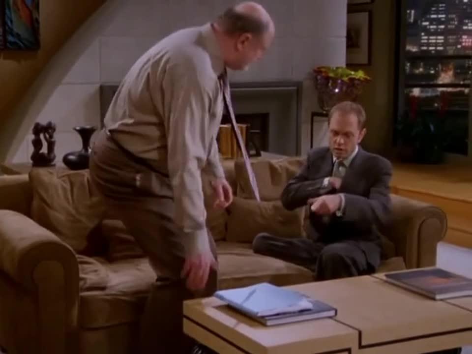 男子在客厅与朋友交谈,朋友走开后,男子在电话听到这些