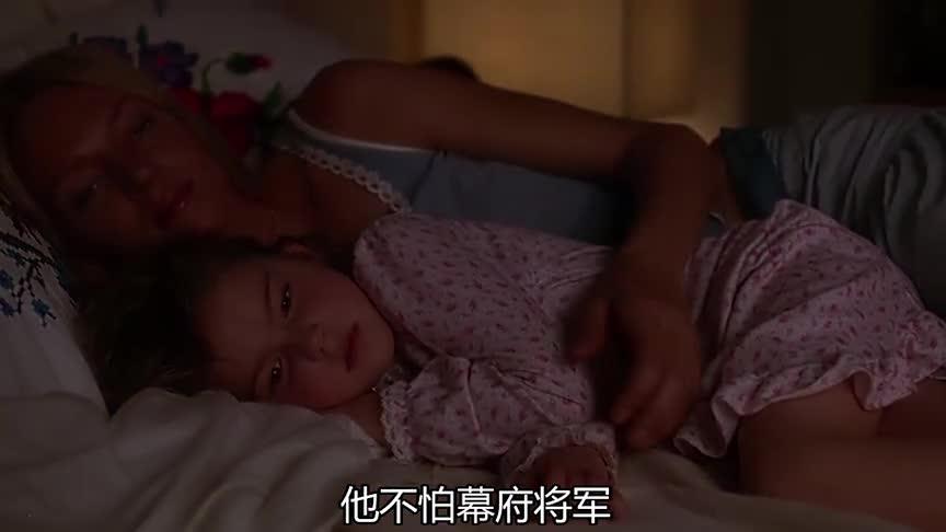 宁静的时刻,碧翠丝躺在床上陪着碧碧看录影带