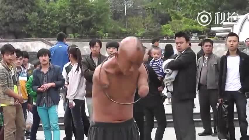 贵阳街头无臂男用生命表演,只为养家糊口