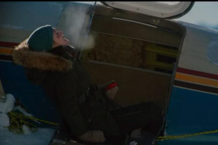 因为空难事故,一男一女被困于雪山