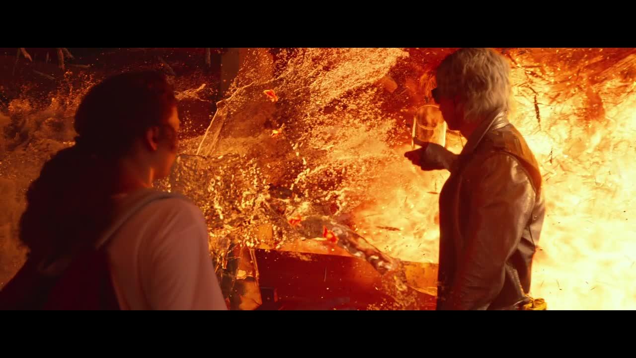 学校发生爆炸,还好男子赶来及时,速度太快救下所有人