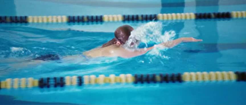 泳池扔冰块灵异闹鬼 ,假装溺水唬人