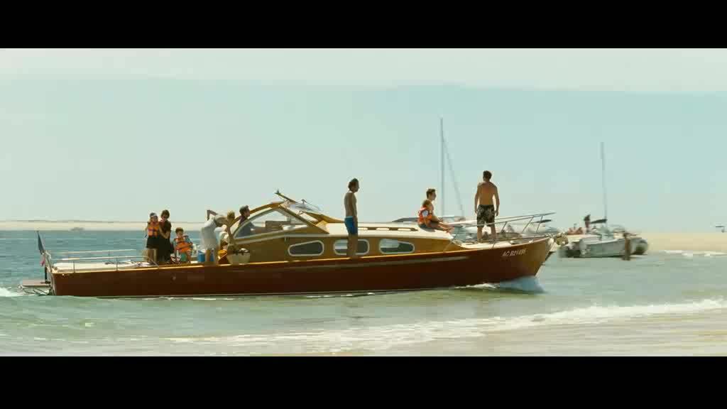 男女玩轮船气垫漂移被甩飞
