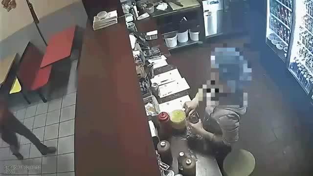 厨师用杓子抵抗强盗,强盗落荒而逃!