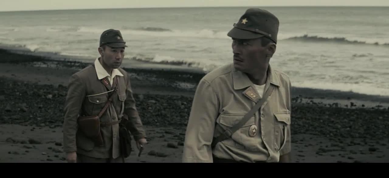 小伙想逃跑,结果长官直接举枪追杀,这哪能逃掉