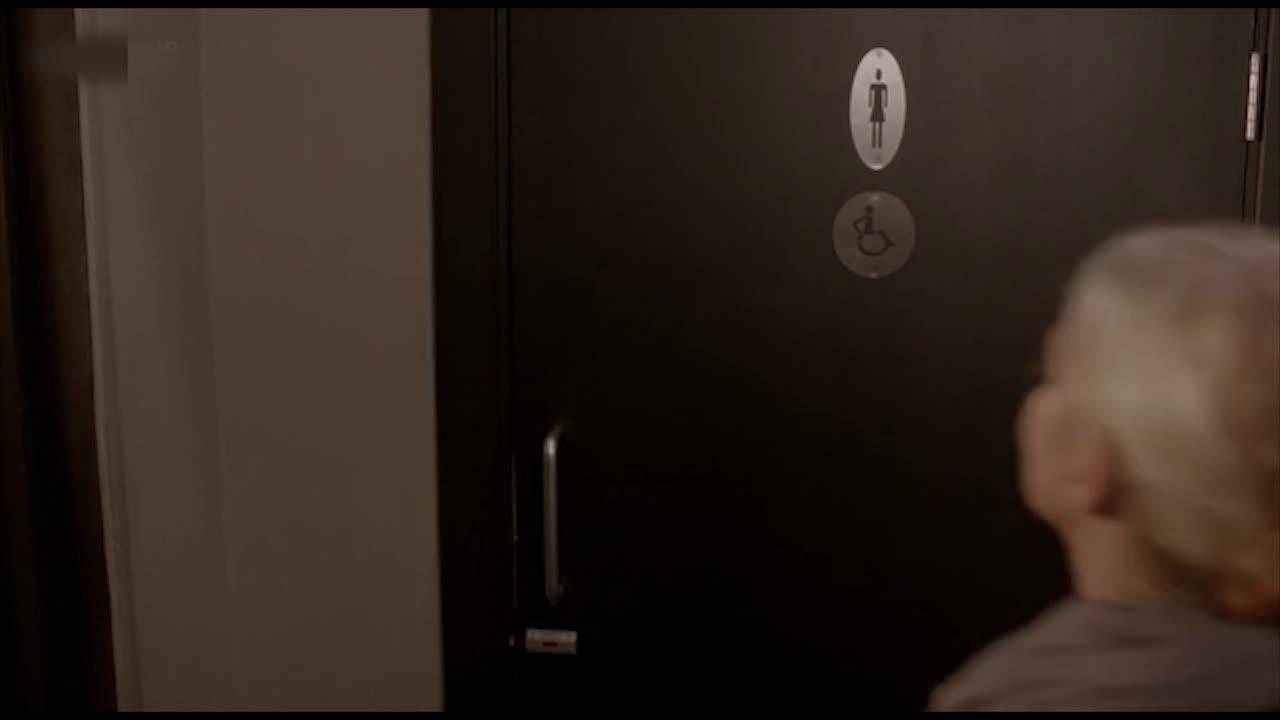 男子与女子在卫生间上演激情戏,太火爆了,男子意犹未尽