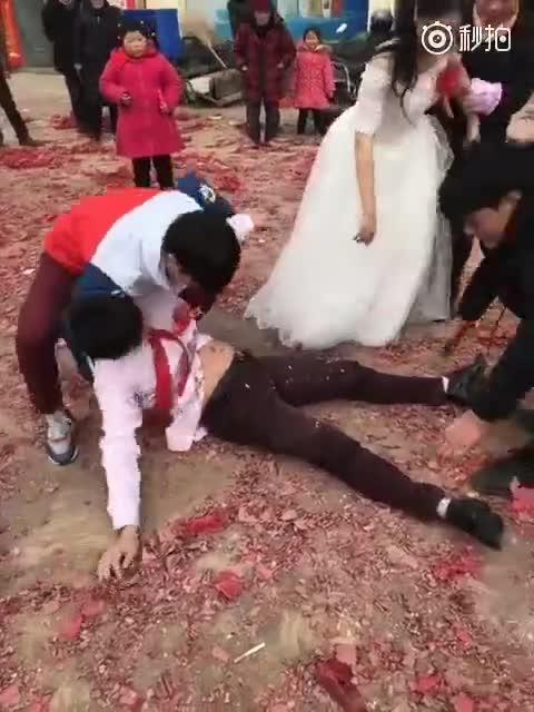 婚礼上新郎喝多了,连丈母娘都嫌弃了,以后喝酒悠着点吧