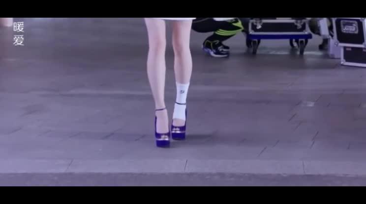#经典看电影#媳妇脚受伤担心赔偿广告费,总裁蹲着帮她换鞋:你觉得我赔不起吗