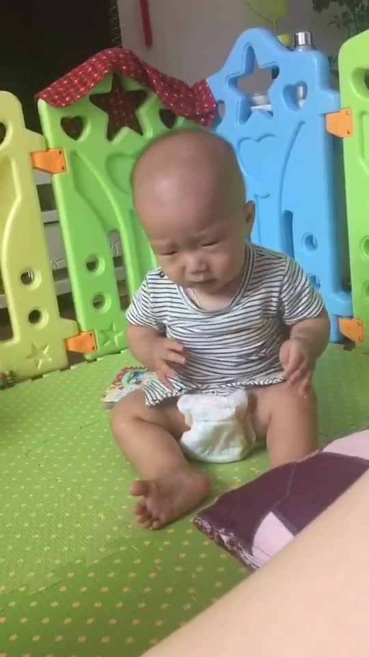 宝宝穿上尿不湿找不到小弟弟了,着急的哭了