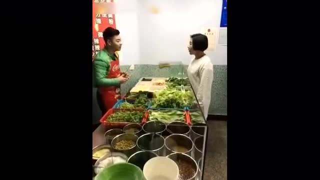 搞笑视频:二货女子去买麻辣烫 By 开心一刻