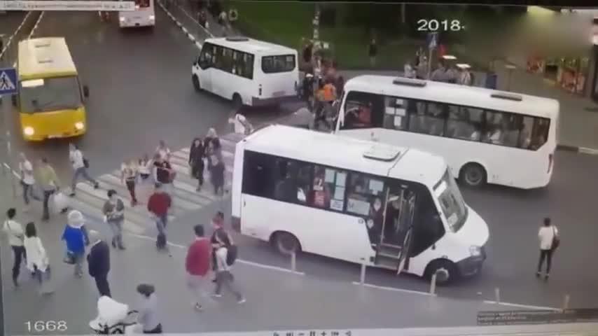 #车祸#公交车失控撞向人群,监控拍下车祸全过程!
