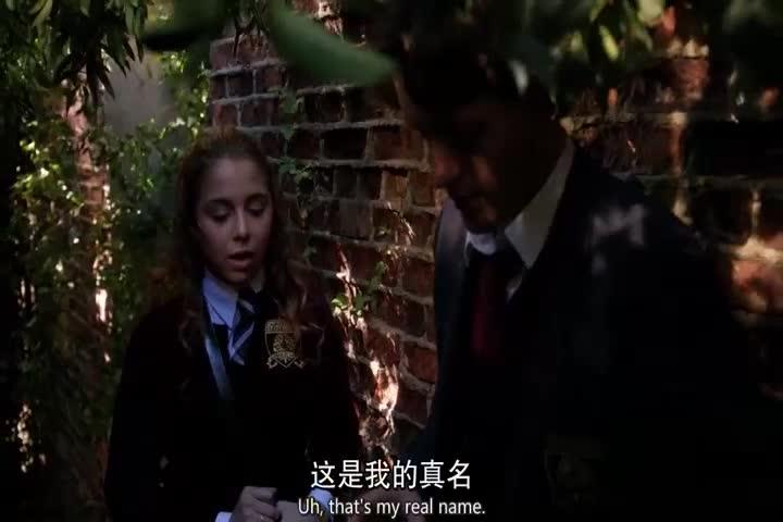 被老师发现在草丛中要求立马出来,男孩却拉走女孩进了小树林!