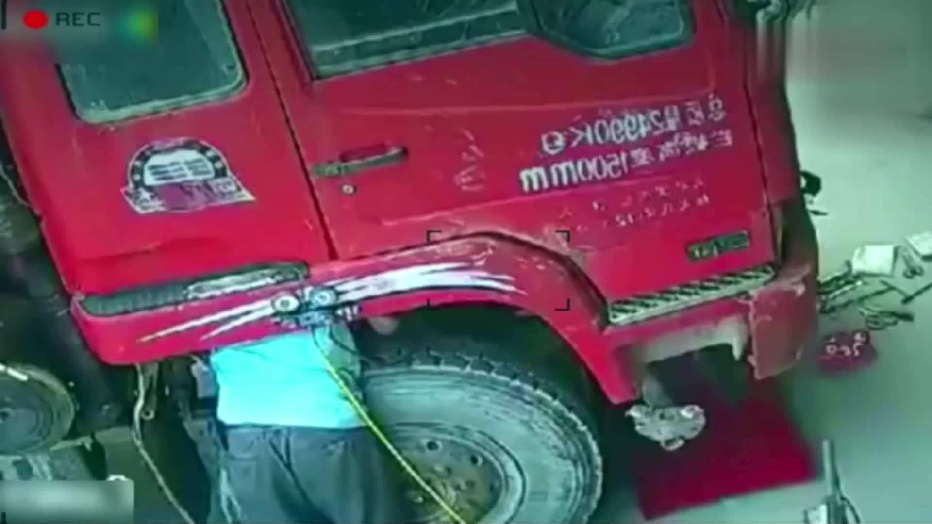 #车祸#谁也想不到,画面中的男子3秒后会消失,留下人情冷漠的轮胎!