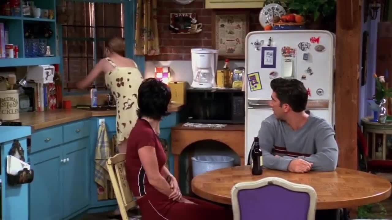 朋友们在客厅交谈,男子进来后,竟然说出他爱上了不该爱的人