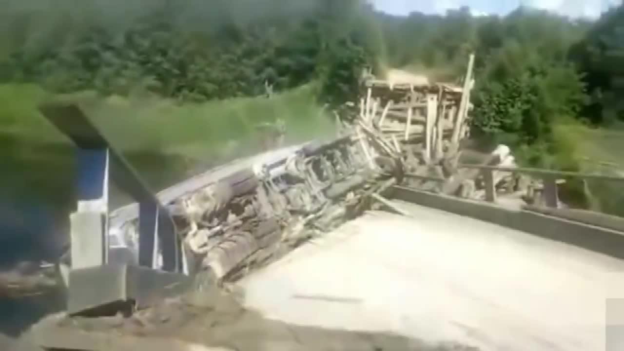 实拍大货车过桥直接把桥压垮