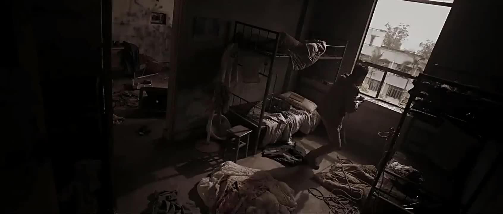 《丧尸屠城2》男人用吊绳拉食物,绳子却被楼下女人剪断