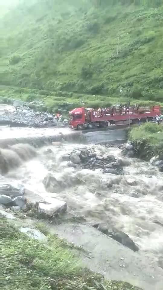 #大货司机#大货司机拉着一车人过河,真的不会灭团吗?