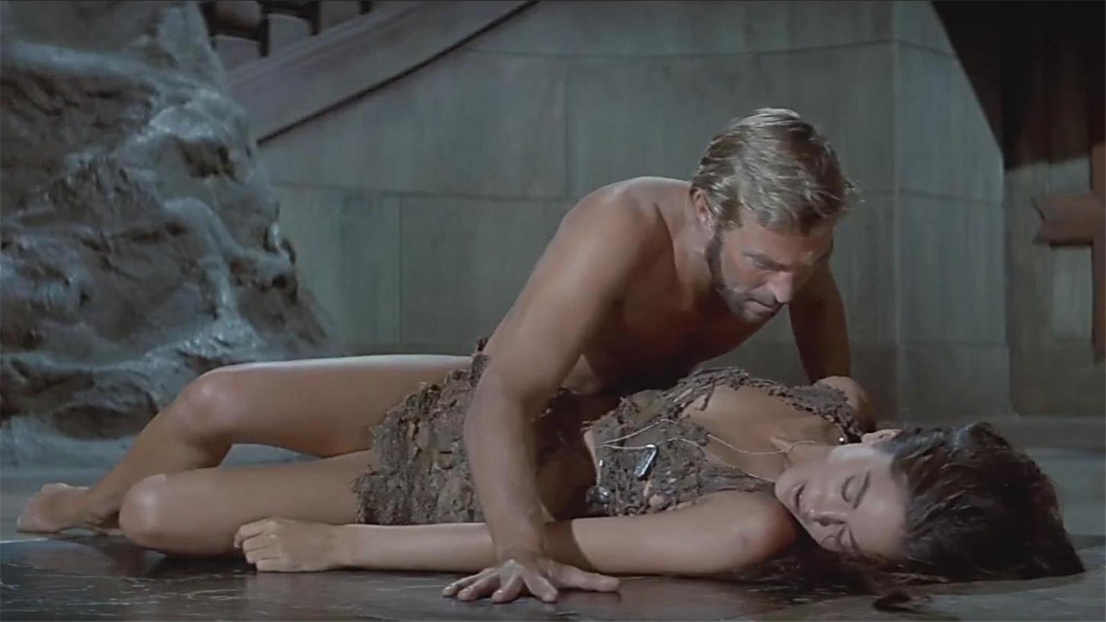 #经典看电影#男子穿越到2千年以后,被猩猩拿来做实验,还分配一个女友