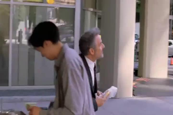 这个女的太漂亮?走几步被两个男人撞住,太稀奇!