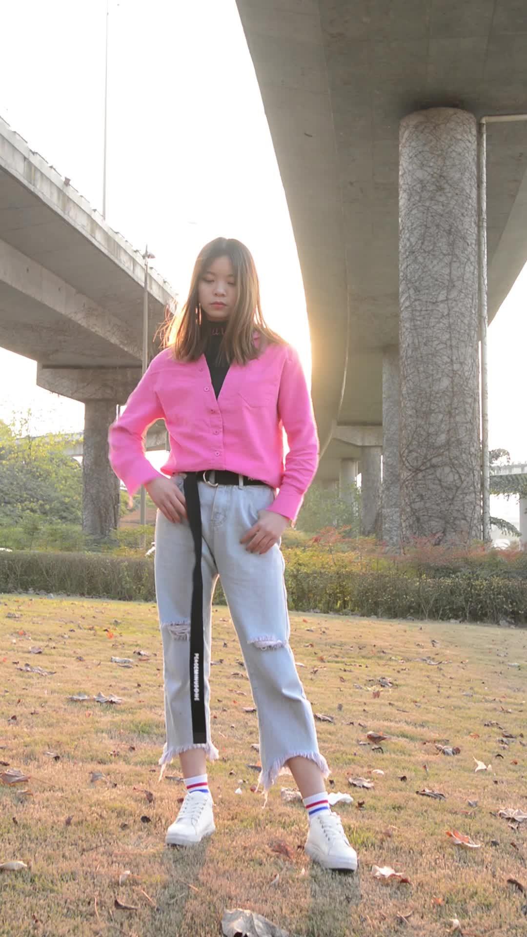 #经典看电影#妹子在天桥下跳印度舞,穿衣风格很前卫