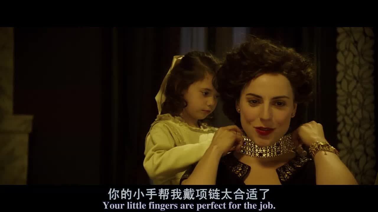 贵妇人要小孩帮自己戴一条项链