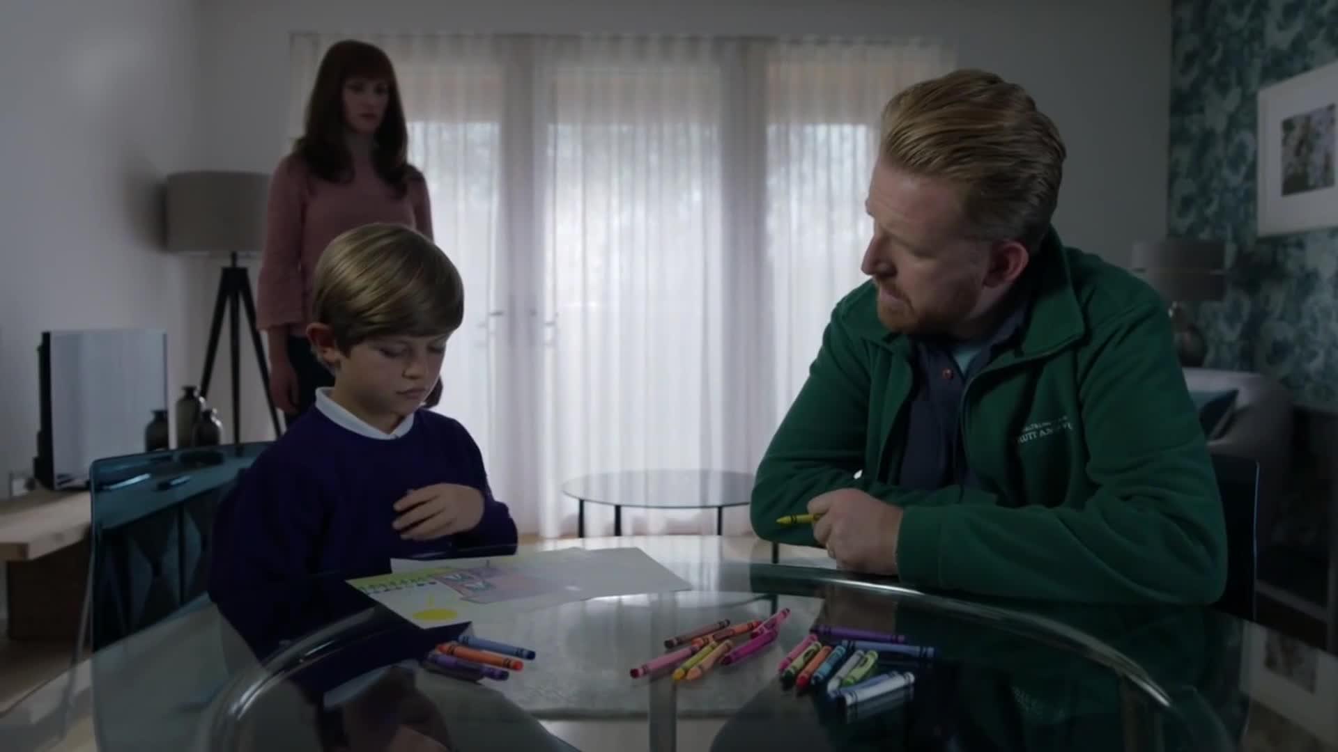 男子到机器人家中,陪儿童机器人画画,没想到他还不如一个小孩