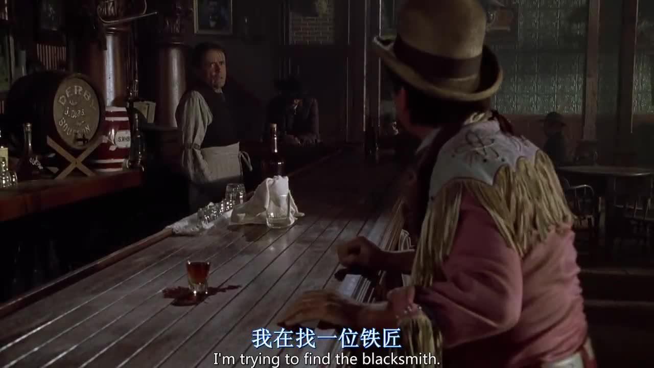 牛仔男来到酒吧,被店员无情地嘲笑,还惹到了不该惹的人