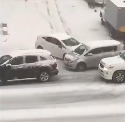 #汽车#下雪天的汽车是这样开的,汽车在公路上奇葩的飘逸!