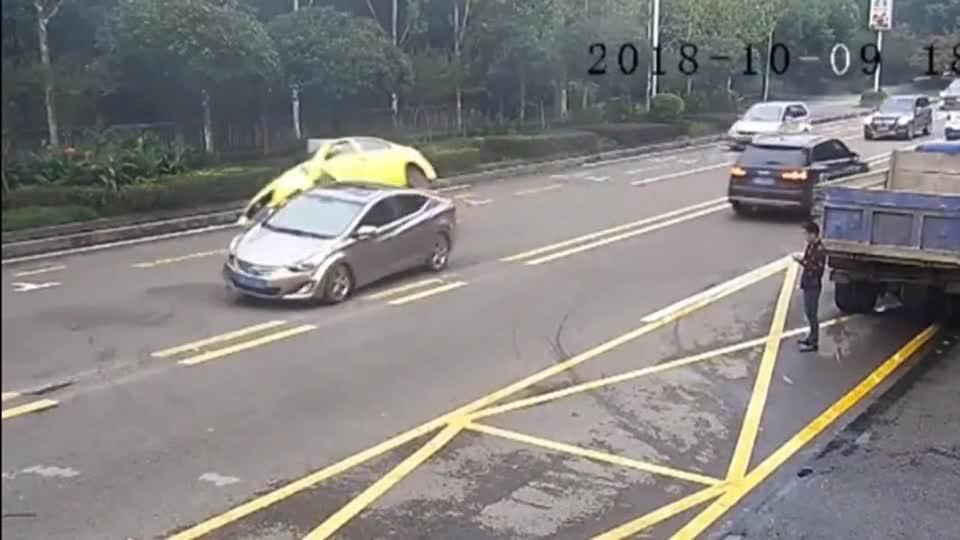 #车祸#作死开车这就是下场,5秒后画面真活该!