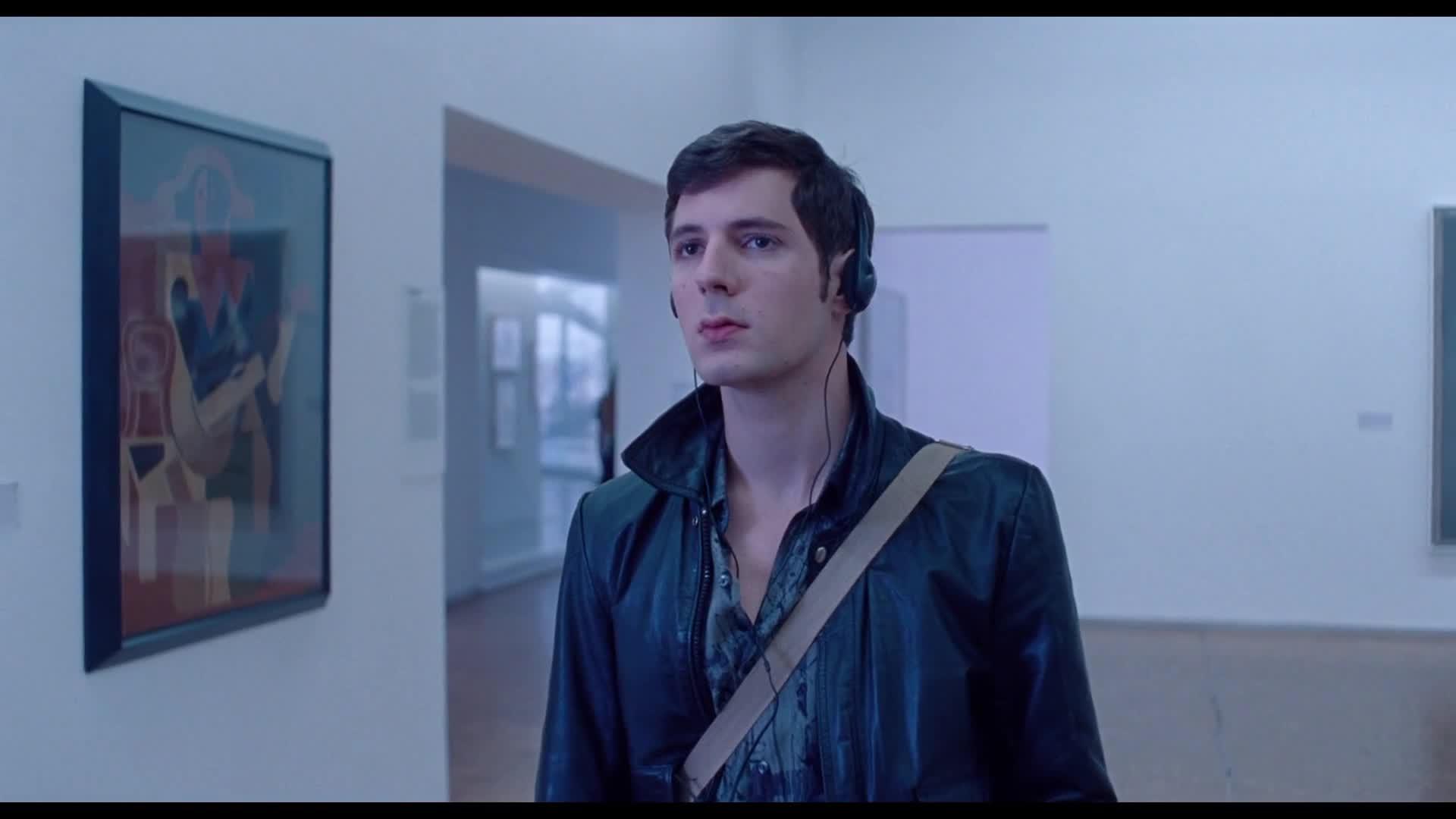 男子独自一人逛美术馆,心情复杂,为何去探望朋友墓地