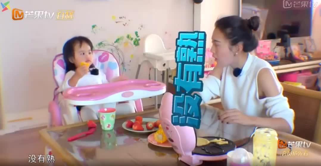 饺子阻止包文婧吃蛋糕:没熟!包文婧一脸懵:饺子你会说话啦?