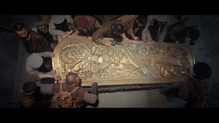 #追剧不能停#盗墓者联手军阀探秘湘西古墓,打开棺材突然出现一只大蜈蚣,惨了