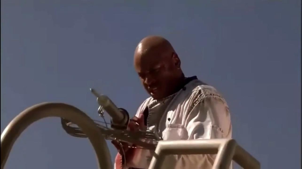 #经典看电影#黑人想射大白鲨,没想到射到自己人腿上,这就尴尬了