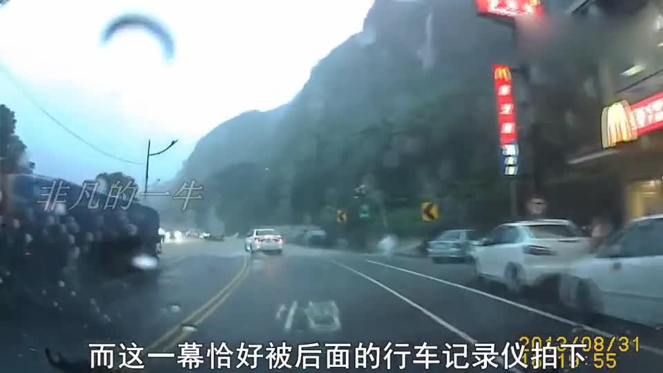#车祸#几十吨巨石从天而降,轿车司机内心崩溃,记录仪拍下惊险一幕!