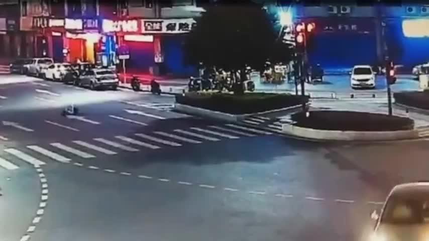 摩托男子作死飙车,瞬间起飞!5秒后画面不是一般的惨