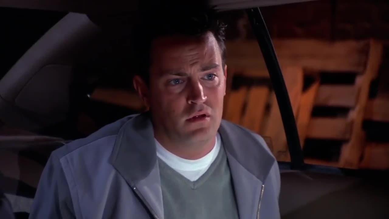 四人在车内鬼鬼祟祟,突然听见枪响,一男子竟然做出这种事