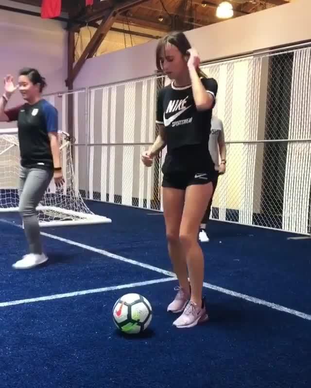 #搞笑趣事#腿又细又长的漂亮小姐姐 笑的这么甜 没想到踢足球也这么美