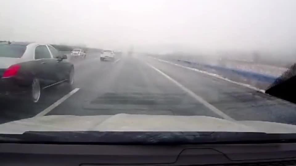 迈巴赫变道别车,害一家三口的车失控,场面极度危险