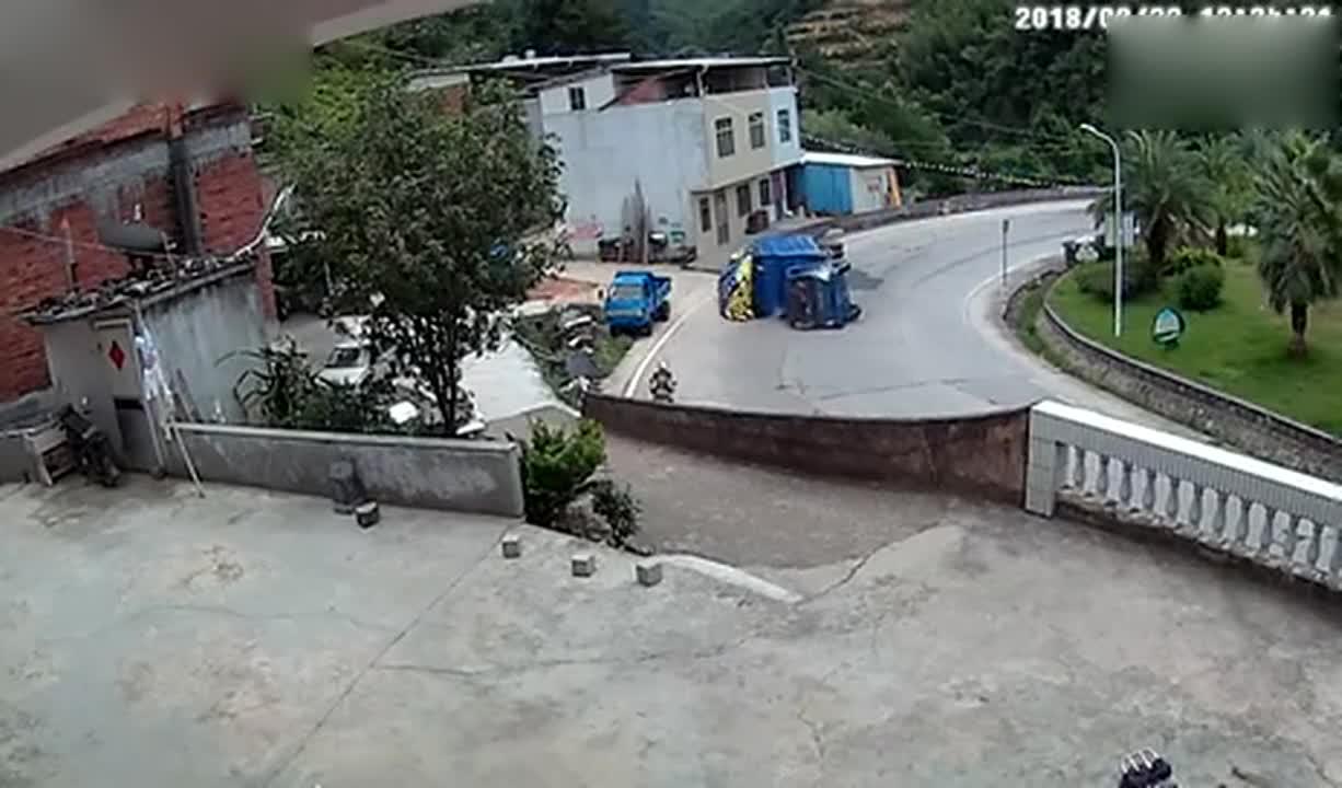 这就是拐弯不减速的下场!大货车弯道侧翻,监控拍下全过程